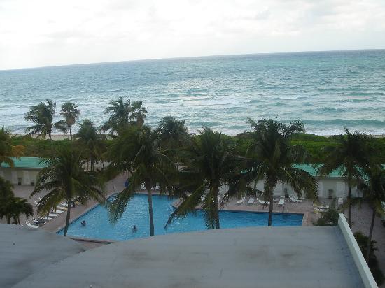 The New Casablanca on the Ocean Hotel: Vista do apartamento de frente para a piscina e oceano