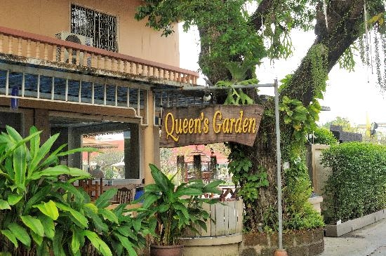 Queen's Garden Resort at River View: hotel sign at entrance