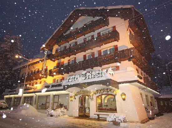 di fronte all'Hotel Trieste di Cortina