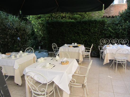 Oltre Il Giardino: The garden where breakfast was served or you could have a drink in the evening