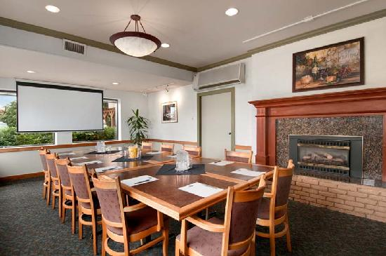 Travelodge Silver Bridge Inn: Fireside Meeting Room