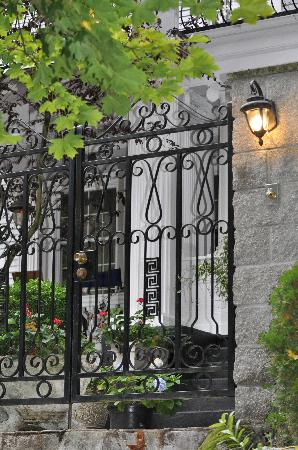 Mozart Guest House: Front Gate