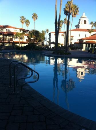 Embassy Suites by Hilton Mandalay Beach Resort: pool area