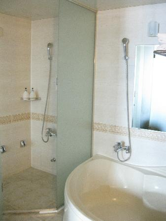 Hotel Queen Incheon Airport: Shower, bath, available