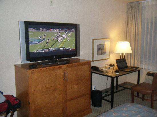 "Silver Cloud Hotel Seattle - University District: 42"" TV and workdesk/chair"