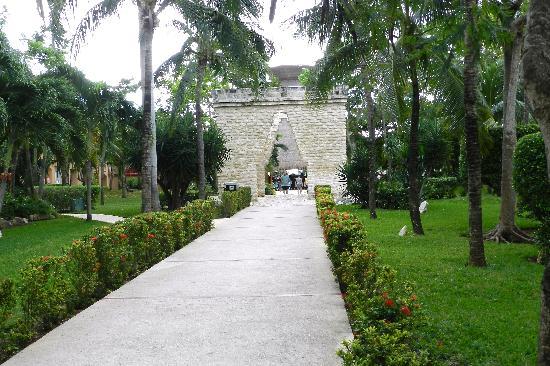 Viva Wyndham Azteca: Viva Wyndham - Stone arches leading toward beach, Bar & Snack Hut in Background