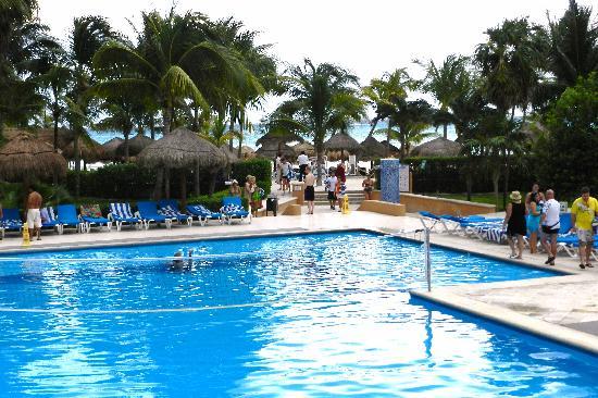 Viva Wyndham Azteca: Viva Wyndham - Pool with Ocean and Beach in background