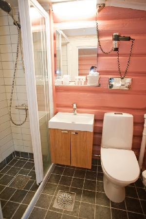"Nordre Ekre Gardshotell: Bathroom in ""The pink"" room"