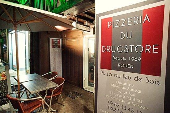 Pizzeria Du Drugstore : l'entrée de la pizzeria rue Beauvoisine à Rouen.