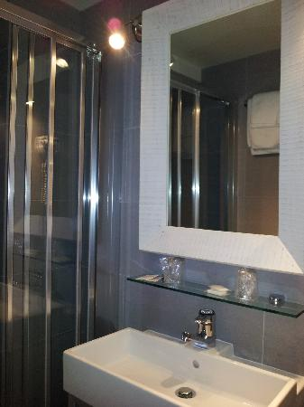 Hotel De La Paix Montparnasse: New Bathroom
