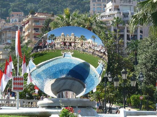Monaco: Refletion of the Casino in the mirror in the gardens