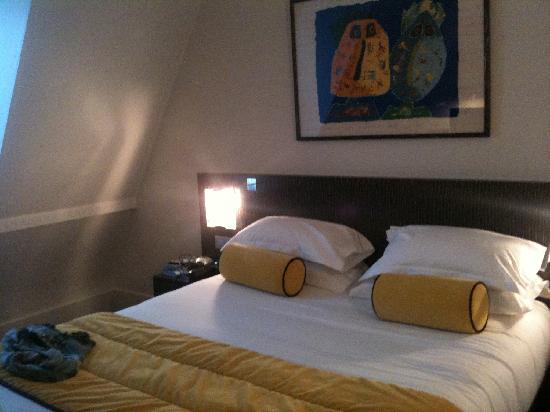 Hotel Waldorf Madeleine: Vista de la cama