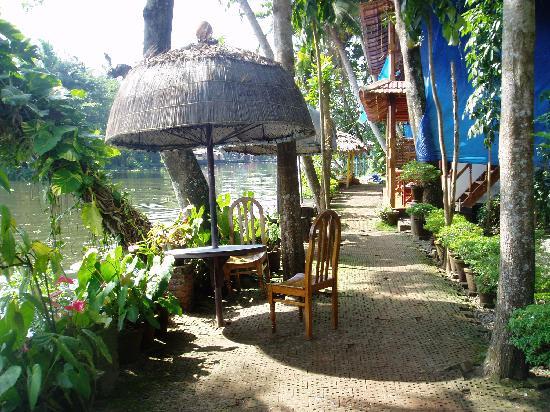 Malayalam Lake Resort Homestay: Front of Hotel