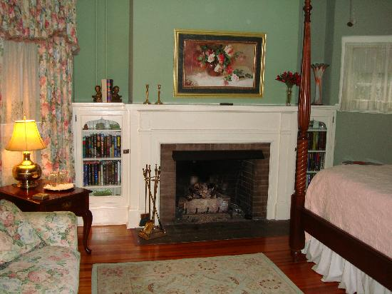 Pinecrest Bed and Breakfast: The down stairs bedroom