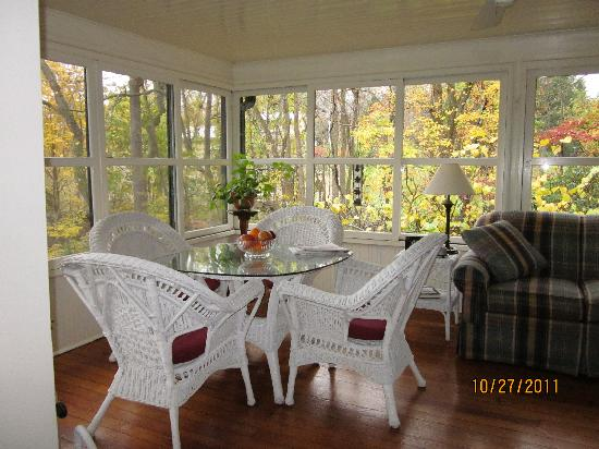 Pinecrest Bed and Breakfast: The sunroom