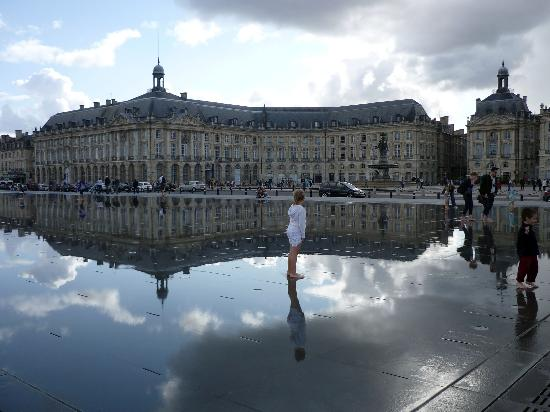 Le miroir d 39 eau picture of hotel de ville city hall for Miroir d eau bordeaux