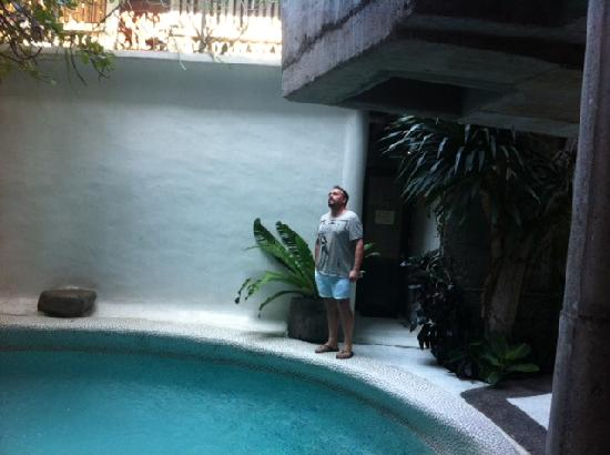 MO Rooms: Gorgeous pool area...but no sun