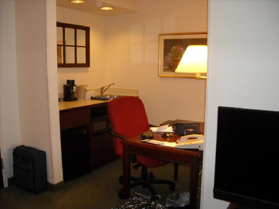 SpringHill Suites Seattle South/Renton : working desk and small kitchen facility