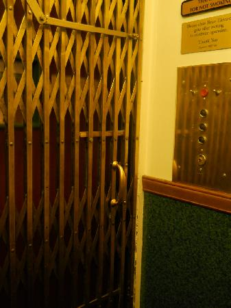Hood River Hotel: old brass elevator