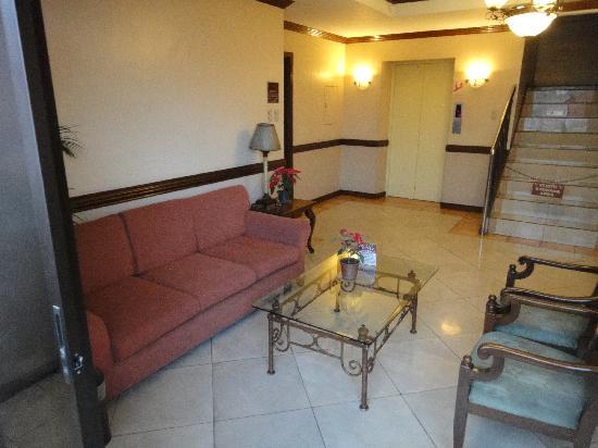 Hotel Veniz: 6th floor sofa area with balcony over view tht street  of abano sqaure