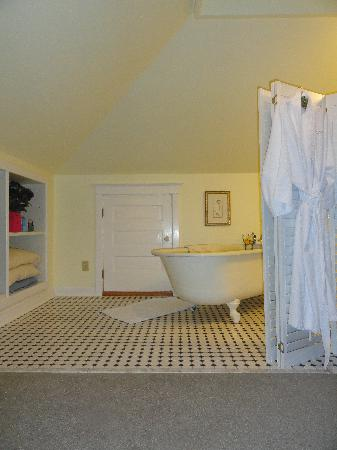 School House Bed & Breakfast: The awesome bathtub!