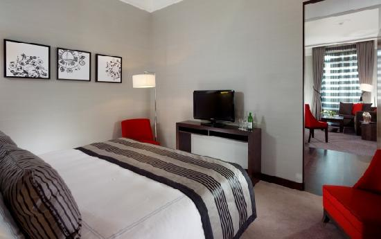 Hotel Metropole Geneve: Shopping Suite bedroom and separate living room area overlooking Rue du Rhone