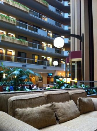 Embassy Suites by Hilton San Antonio Airport: atrium