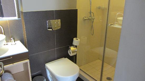 Y Hotel: Bathroom/shower