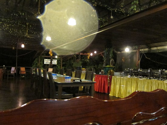 Kinabatangan Riverside Lodge: dinner buffet in main lodge