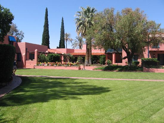 Arizona Inn: center lawn