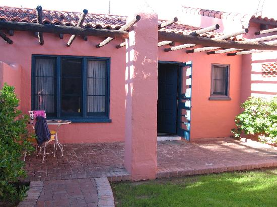 Arizona Inn: Unit on the inside of the property w/ & patio
