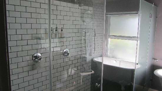 Majeka House: Double shower and bath