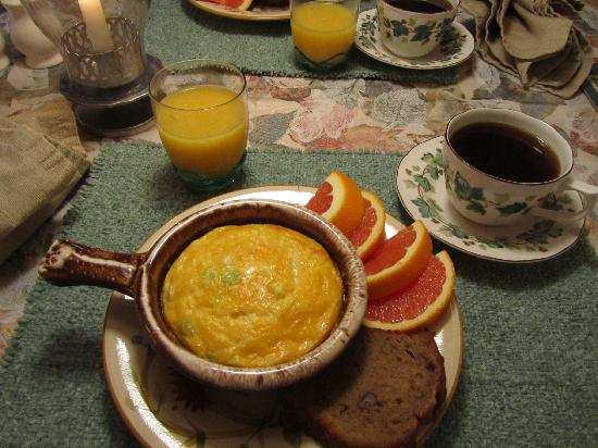 Governor's Trace Bed and Breakfast: Candlelight breakfast