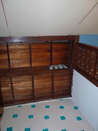 Anyavee Railay Resort: Gebrauchte Flip Flops im Bad