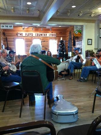 Bella La Vita Inn: blue grass jam session that Lisal & Matt told us about....