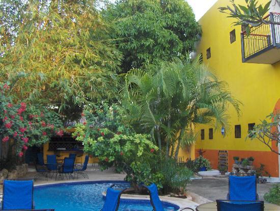 Hotel Medio Mundo: Back courtyard breakfast area and pool