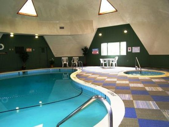 Sugar Ski & Country Club: Indoor heated pool, sauna and hot tub at clubhouse.