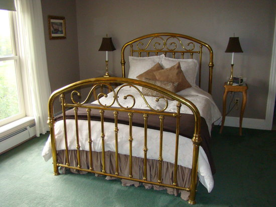 Grey Oak Guest House: Bed in the Swede Hill Suite