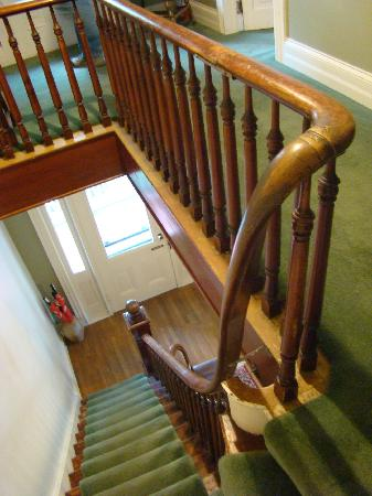 Grey Oak Guest House: Stairs up to the second floor
