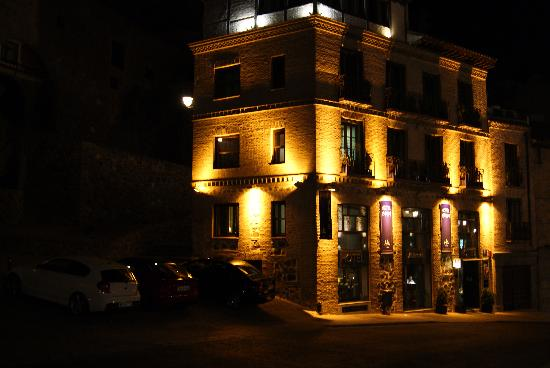 Hotel Abad Toledo : Night look at the hotel from the outside