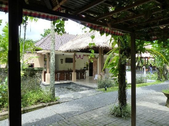 Saren Indah Hotel: Blick von Lobby zu Bar
