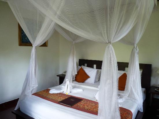 Saren Indah Hotel: Bett Zimmer 102