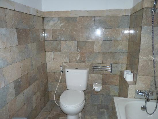 Saren Indah Hotel: Bad Zimmer 102 (Erdgeschoss)
