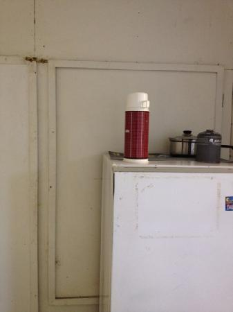 Haruru Falls Resort: extremely dirty old kitchen with smelly fridge