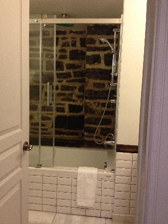 Auberge Place D'Armes: great shower