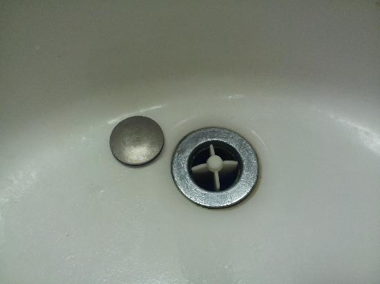 La Quinta Inn & Suites Tacoma Seattle: Broken drain plug ignored by housekeeping twice.