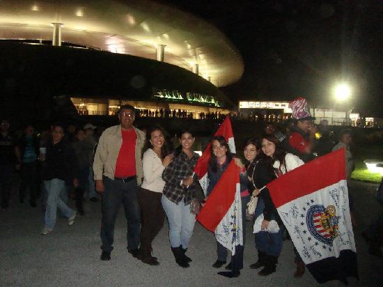Estadio Omnilife: Con los amigos afuera del estadio