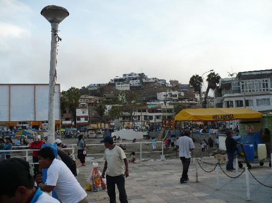 Hospedaje El Mirador de Pucusana: El Mirador, seen from harbor, hotel is on hilltop