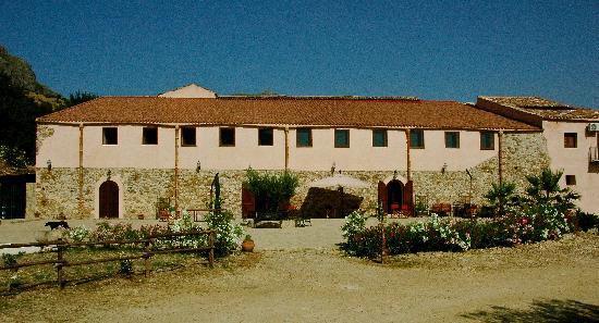 Agriturismo Masseria La Chiusa : main building