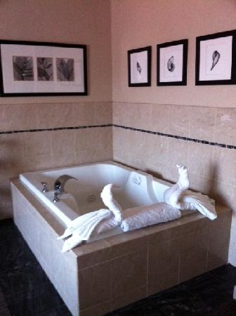 Empress Hotel of La Jolla: huge, relaxing jacuzzi in the room